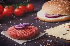 A casa fez o cozimento do hamburguer Fotos de Stock
