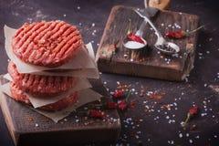 A casa fez o cozimento do hamburguer Fotografia de Stock