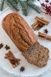 A casa fez o pão de banana com decoração festiva fotos de stock