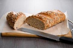 A casa fez o pão na tabela de madeira Foto de Stock