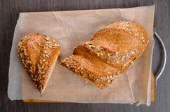 A casa fez o pão na tabela de madeira Fotografia de Stock
