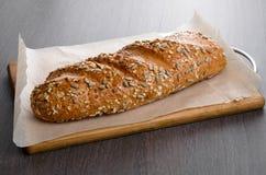 A casa fez o pão na tabela de madeira Imagem de Stock