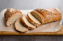 A casa fez o pão na tabela de madeira Imagens de Stock