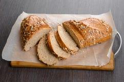 A casa fez o pão na tabela de madeira Fotos de Stock Royalty Free
