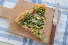 A casa fez a pizza com aspargo Imagens de Stock Royalty Free