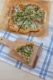 A casa fez a pizza com aspargo Foto de Stock