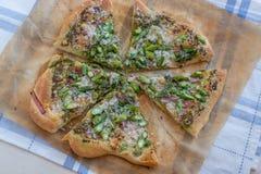 A casa fez a pizza com aspargo Fotografia de Stock Royalty Free