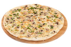 A casa fez a pizza com os cogumelos no branco Fotografia de Stock Royalty Free