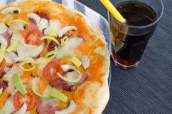 A casa fez a pizza com soda Fotografia de Stock Royalty Free