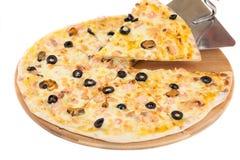 A casa fez a pizza no branco Imagens de Stock
