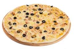 A casa fez a pizza no branco Foto de Stock