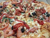 A casa fez a pizza para a família e os amigos imagem de stock royalty free