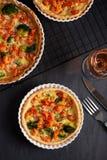 A casa fez a quiche francesa da galdéria com lagostas e os brócolis encheram w fotografia de stock royalty free
