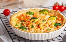 A casa fez a quiche francesa da galdéria com lagostas e os brócolis encheram w imagens de stock