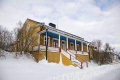 Casa finlandesa tradicional en invierno Imágenes de archivo libres de regalías
