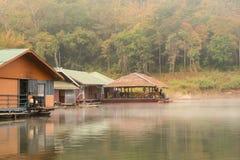 Casa flotante con niebla por la mañana Fotos de archivo