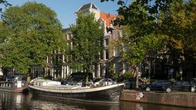 Casa flotante en el canal de Brouwersgracht en Amsterdam almacen de video
