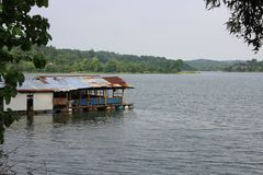 Casa flotante en el lago Cacaban, regencia de Tegal, Indonesia imagenes de archivo