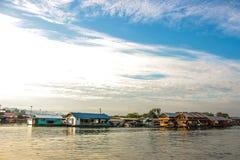 Casa flotante en el pueblo de la orilla Imágenes de archivo libres de regalías