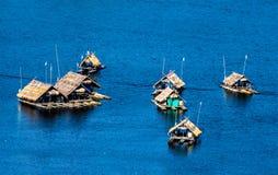 Casa flotante en el río Foto de archivo libre de regalías