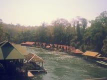 Casa flotante en el río Kwai en Sai Yok National Park Foto de archivo
