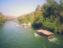 Casa flotante en el río Kwai en Sai Yok National Park Fotografía de archivo