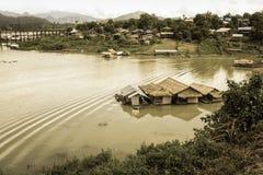 Casa flotante en el río y la vista del pueblo de lunes imagen de archivo libre de regalías