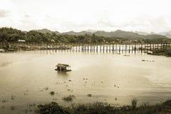 Casa flotante en el río y la vista del puente de lunes foto de archivo libre de regalías