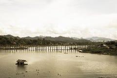 Casa flotante en el río y la vista del puente de lunes imagenes de archivo