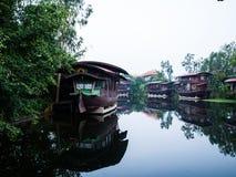 Casa flotante en el Tha Chin River Nakhonpathom Fotos de archivo