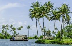 Casa flotante en los remansos de Kerala foto de archivo