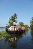 Casa flotante en los remansos de Kerala, Imagen de archivo