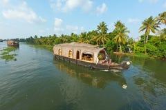 Casa flotante en los remansos de Kerala, fotos de archivo