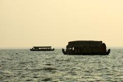 Casa flotante en los remansos de Kerala Fotos de archivo libres de regalías