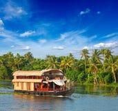 Casa flotante en los remansos de Kerala, la India Foto de archivo libre de regalías