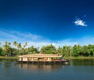 Casa flotante en los remansos de Kerala, la India Imagen de archivo libre de regalías