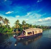 Casa flotante en los remansos de Kerala, la India Imagenes de archivo