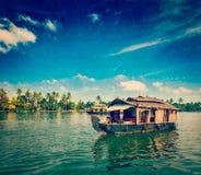 Casa flotante en los remansos de Kerala, la India foto de archivo