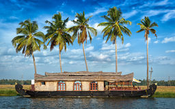 Casa flotante en los remansos de Kerala, la India fotografía de archivo libre de regalías