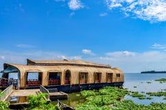Casa flotante en remansos de Kerala contra un cielo azul fotos de archivo