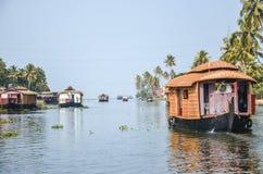 Casa flotante en remansos en Kerala, la India del sur foto de archivo