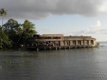Casa flotante en un aterrizaje Imagen de archivo