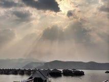 Casa flotante en un lago tropical fotos de archivo
