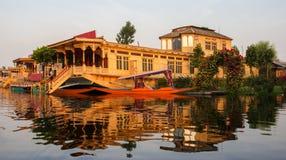Casa flotante, opinión del lago fotografía de archivo