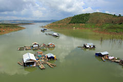Casa flotante - vida sobre el lago lak en la provincia de Daklak Fotos de archivo libres de regalías