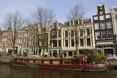 Casa flutuante ao longo do canal de Prinsengracht em Amsterdão Fotografia de Stock Royalty Free