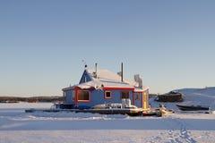 Casa flutuante azul na baía de Yellowknife no grande escravo Lake no por do sol foto de stock