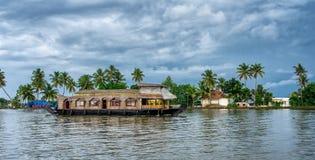 Casa flutuante indiana tradicional em Kerala, Índia fotos de stock royalty free