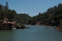 Casa flutuante no lago Foto de Stock