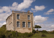 Casa francesa abandonada velha fotos de stock